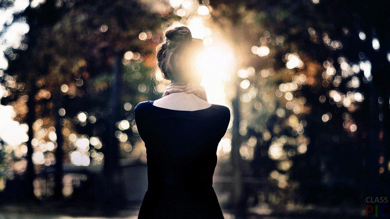 Девушка Спиной с Короткими