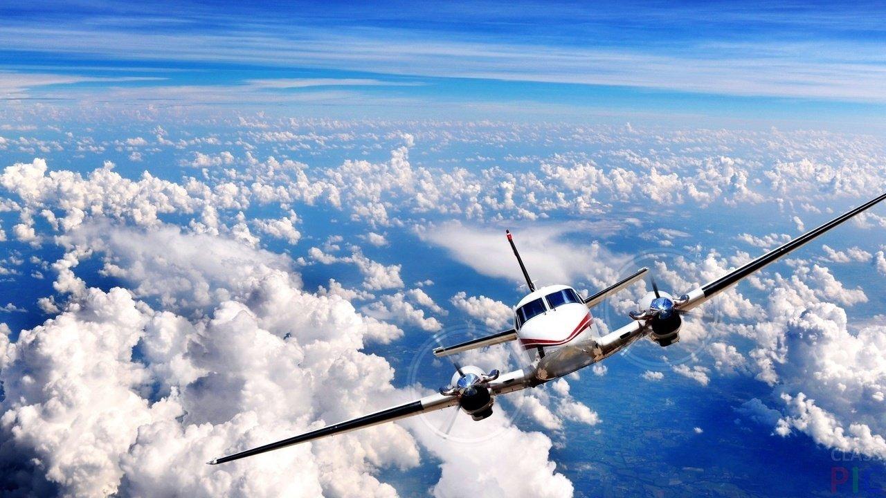 Самолёт в небе  (24 фото)