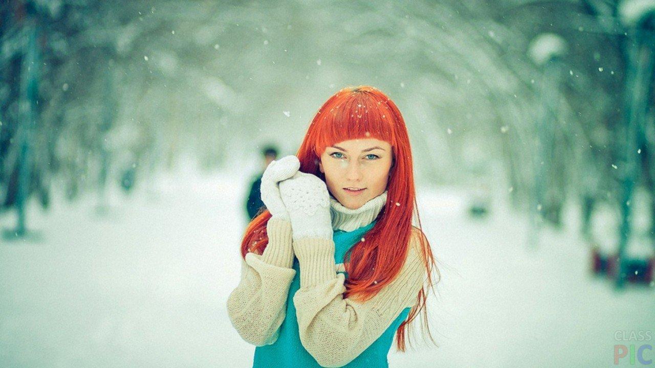 Фото одной рыжей девушки со спины — 4