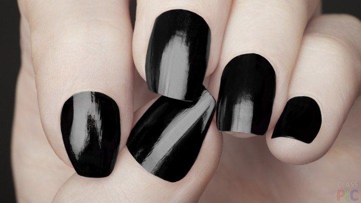 Крупный план на женской руке с черным маникюром