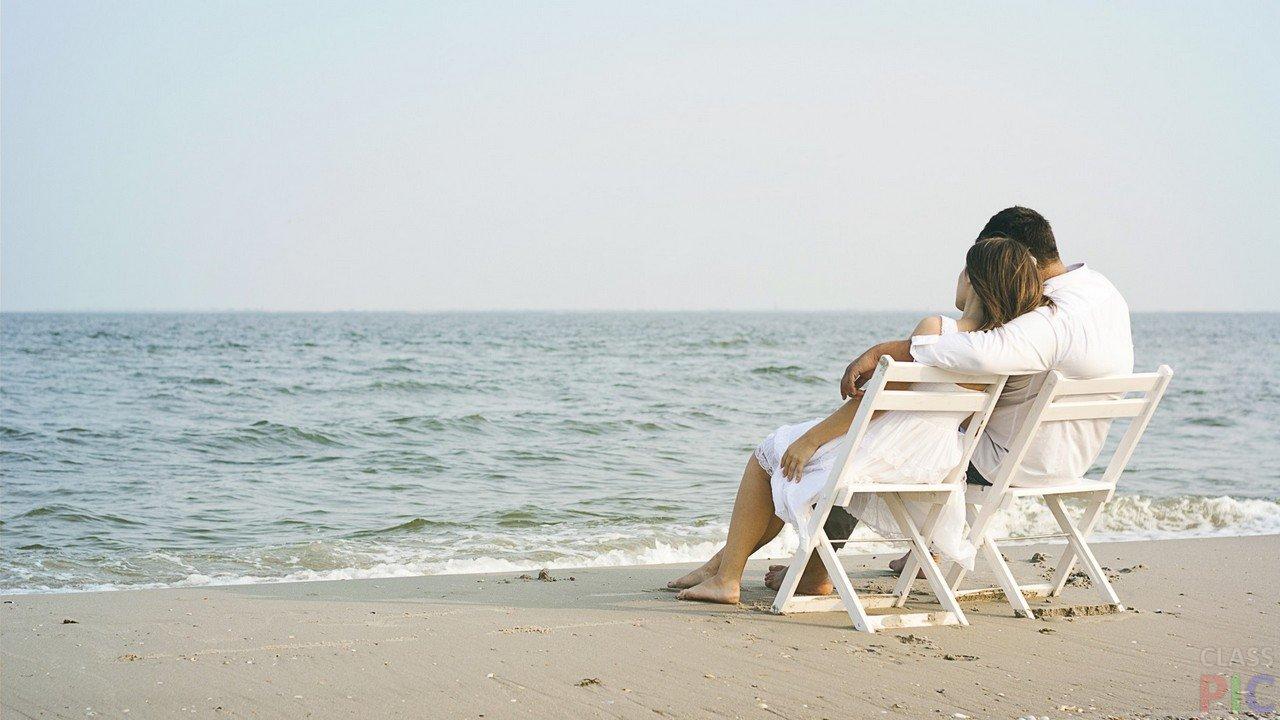 картинка двое на берегу в креслах