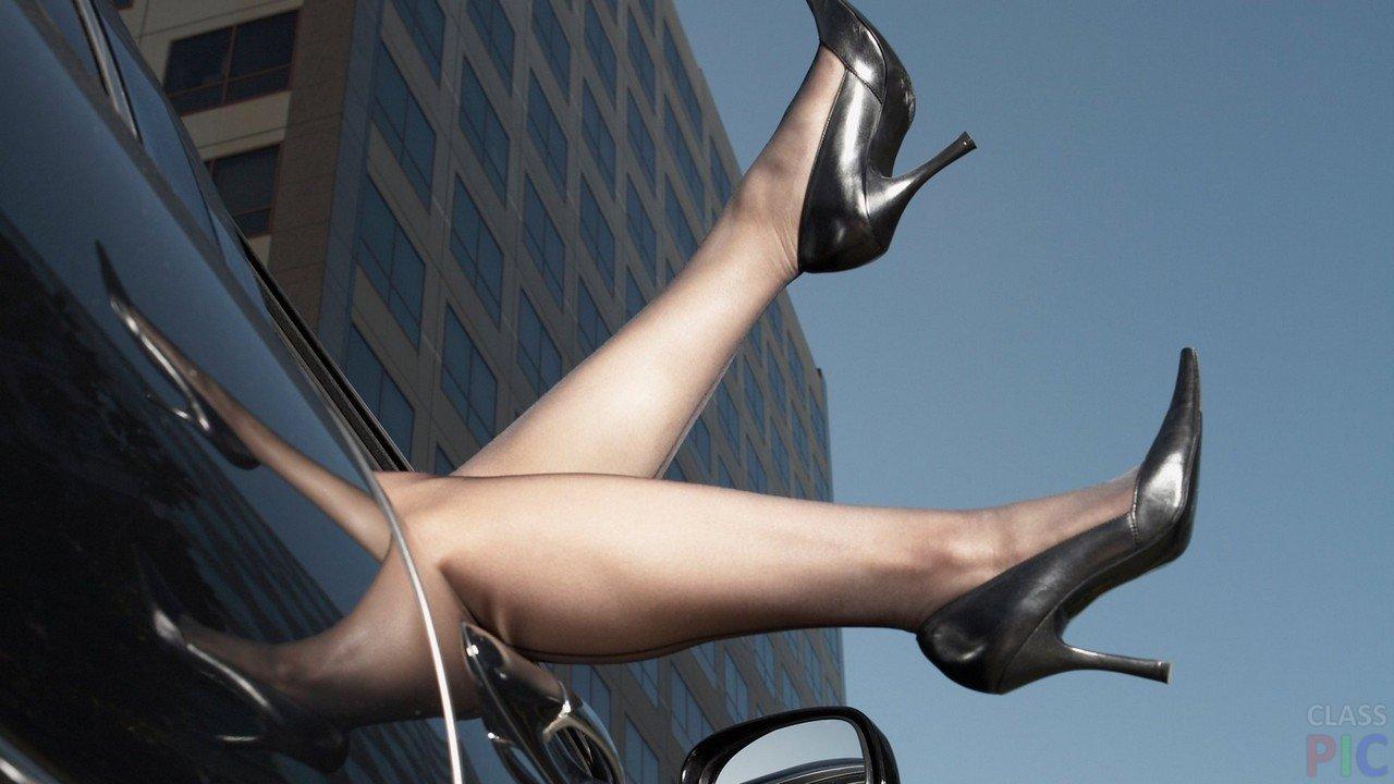 Ножки в туфлях на фоне многоэтажки