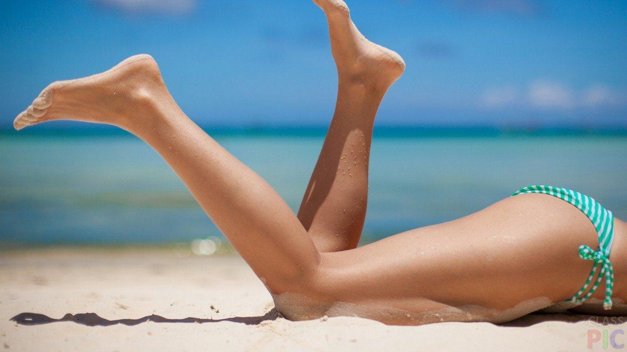Красивые ноги на пляже фото