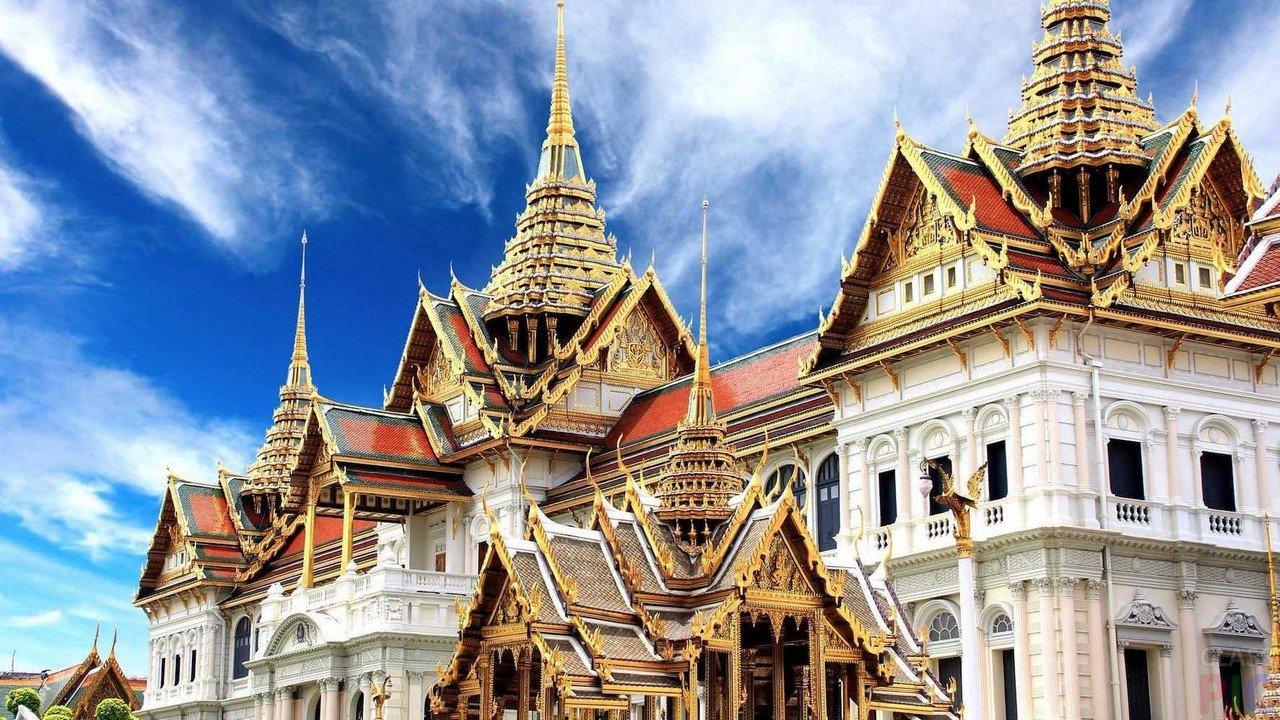 стояла посреди фото королевского дворца в бангкоке ярких