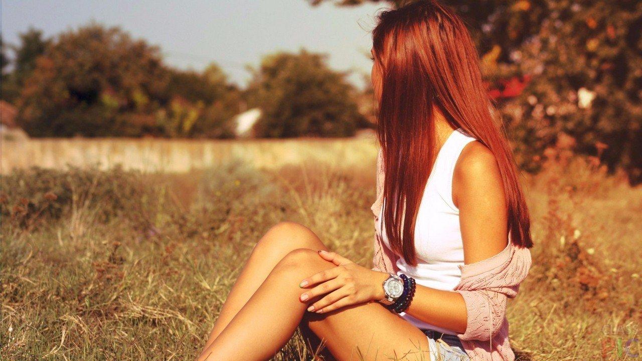 Рыжеволосая девушка вид со спины