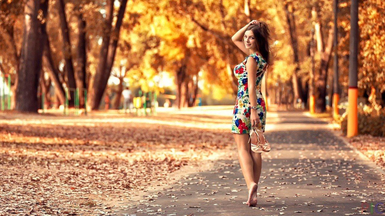 f55217fa855 Босая девушка в осеннем парке