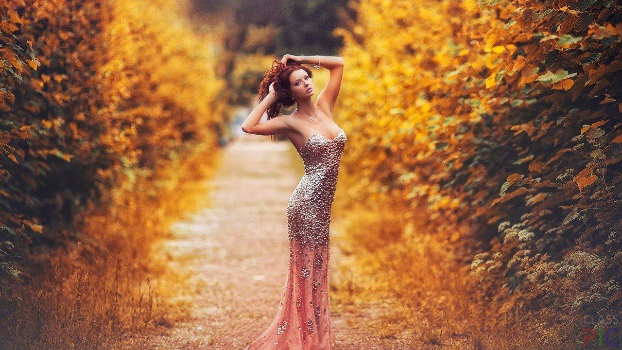 baba511912c Девушка в блестящем платье в лесу