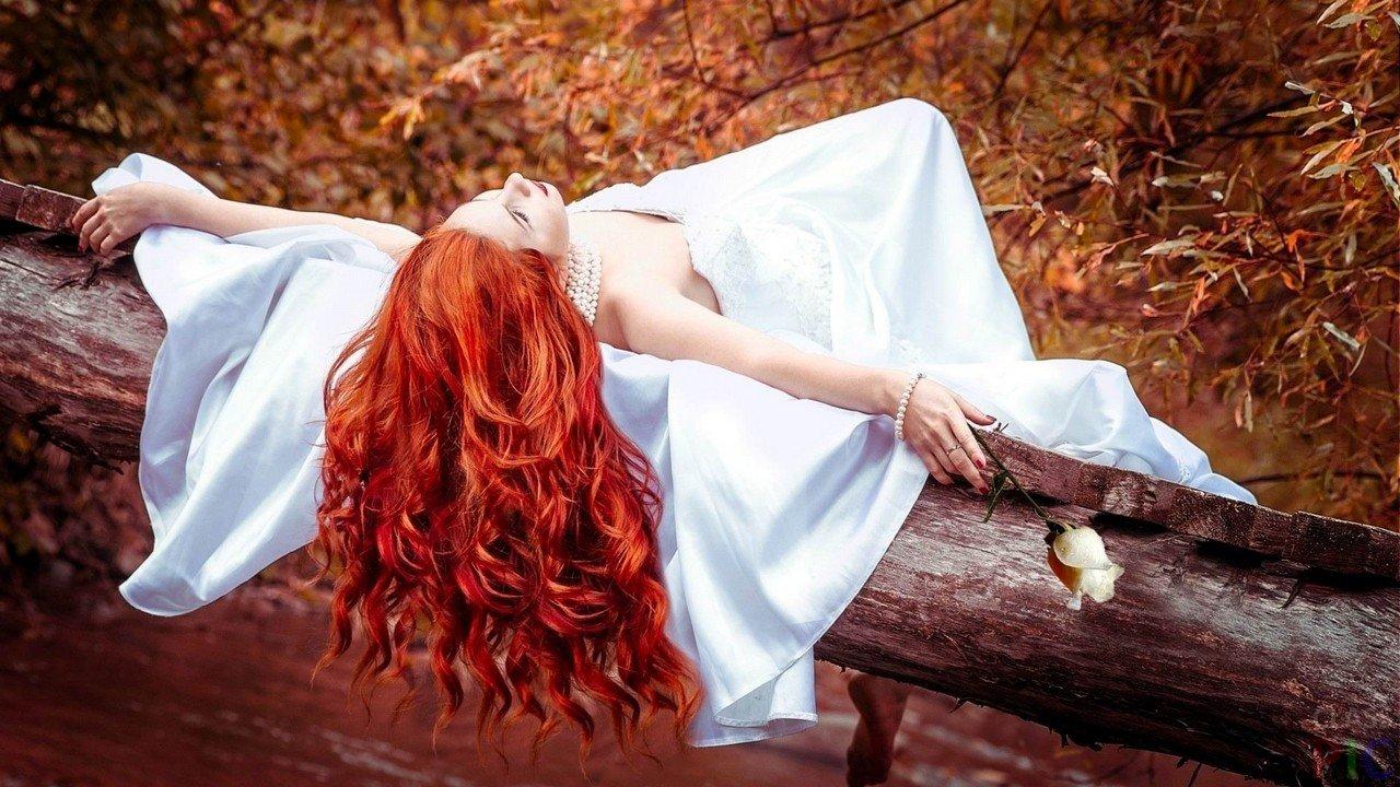 eed26efd3fd Рыжеволосая девушка в белом платье