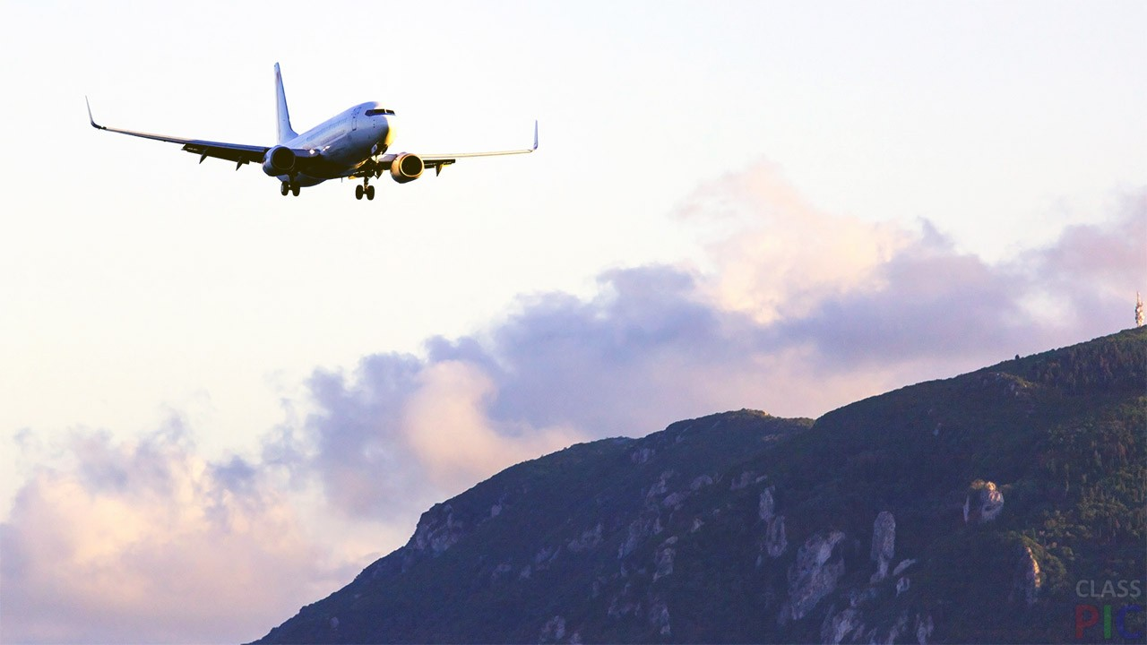 идет, летящий самолет на фоне вулкана в картинках этой