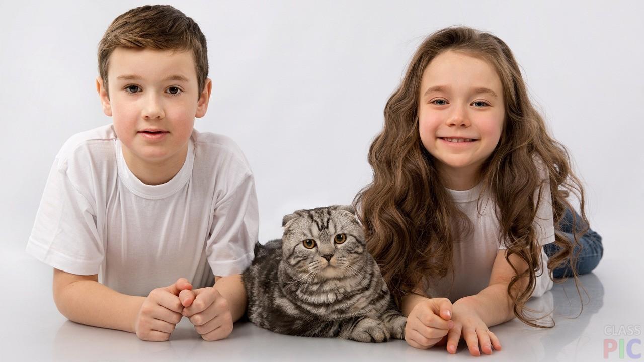 Фото детей с кошками