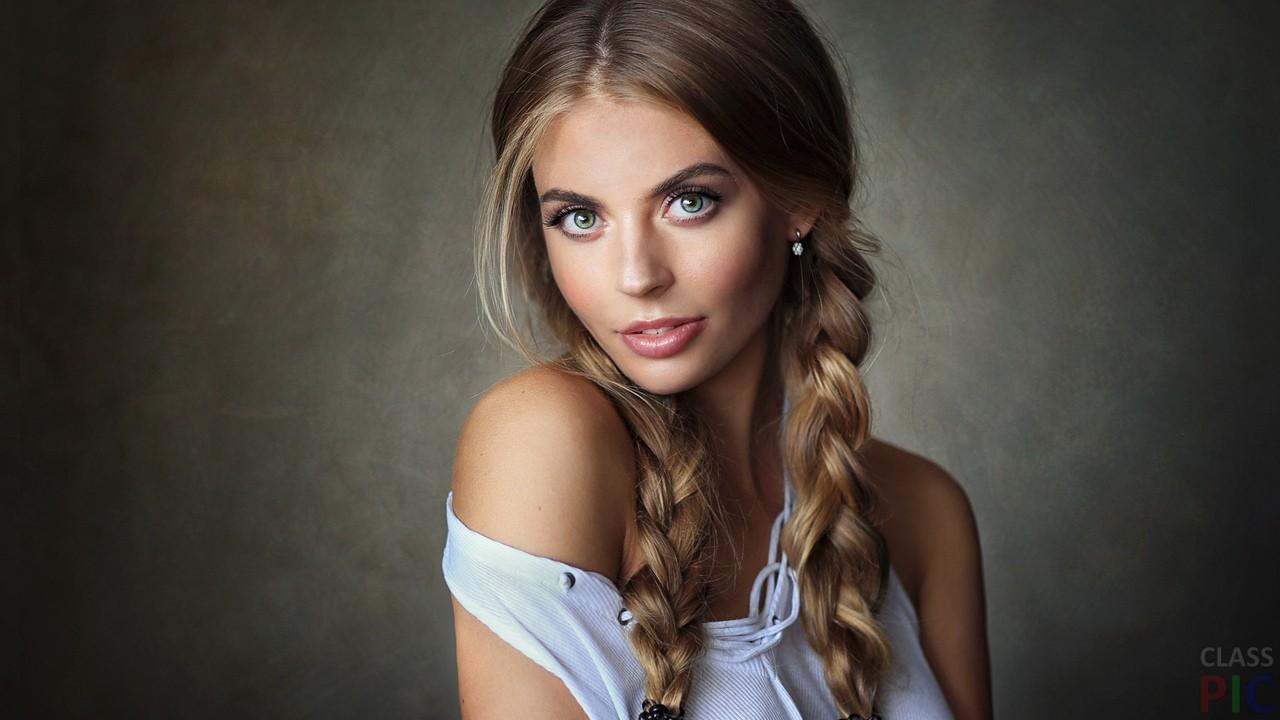 Юная девушка с косичками фото